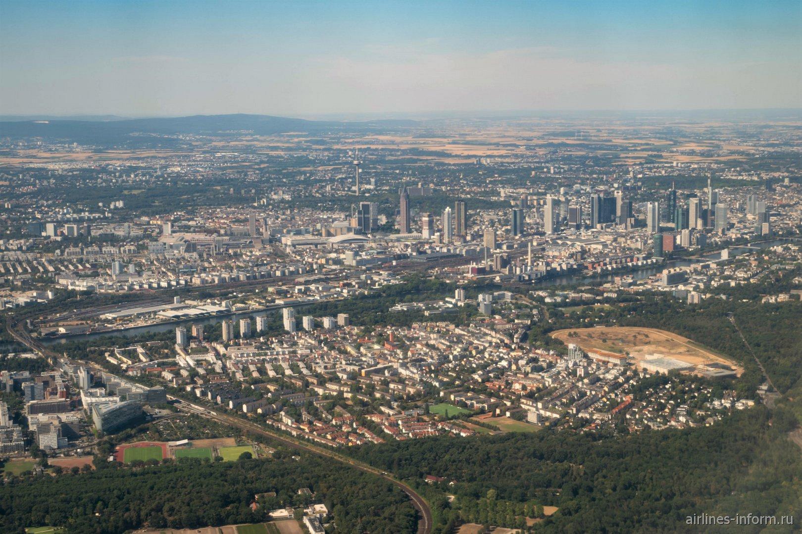 Вид из самолета на город Франкфурт-на-Майне в Германии
