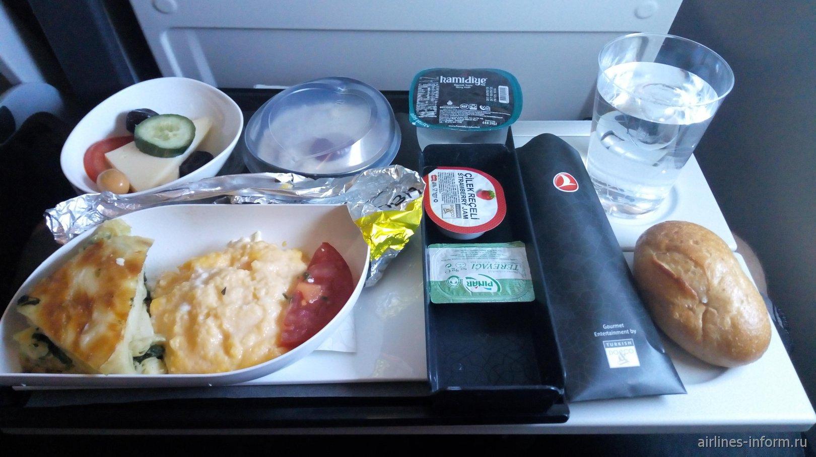 Завтрак на рейсе Стамбул-Бангкок Турецких авиалиний