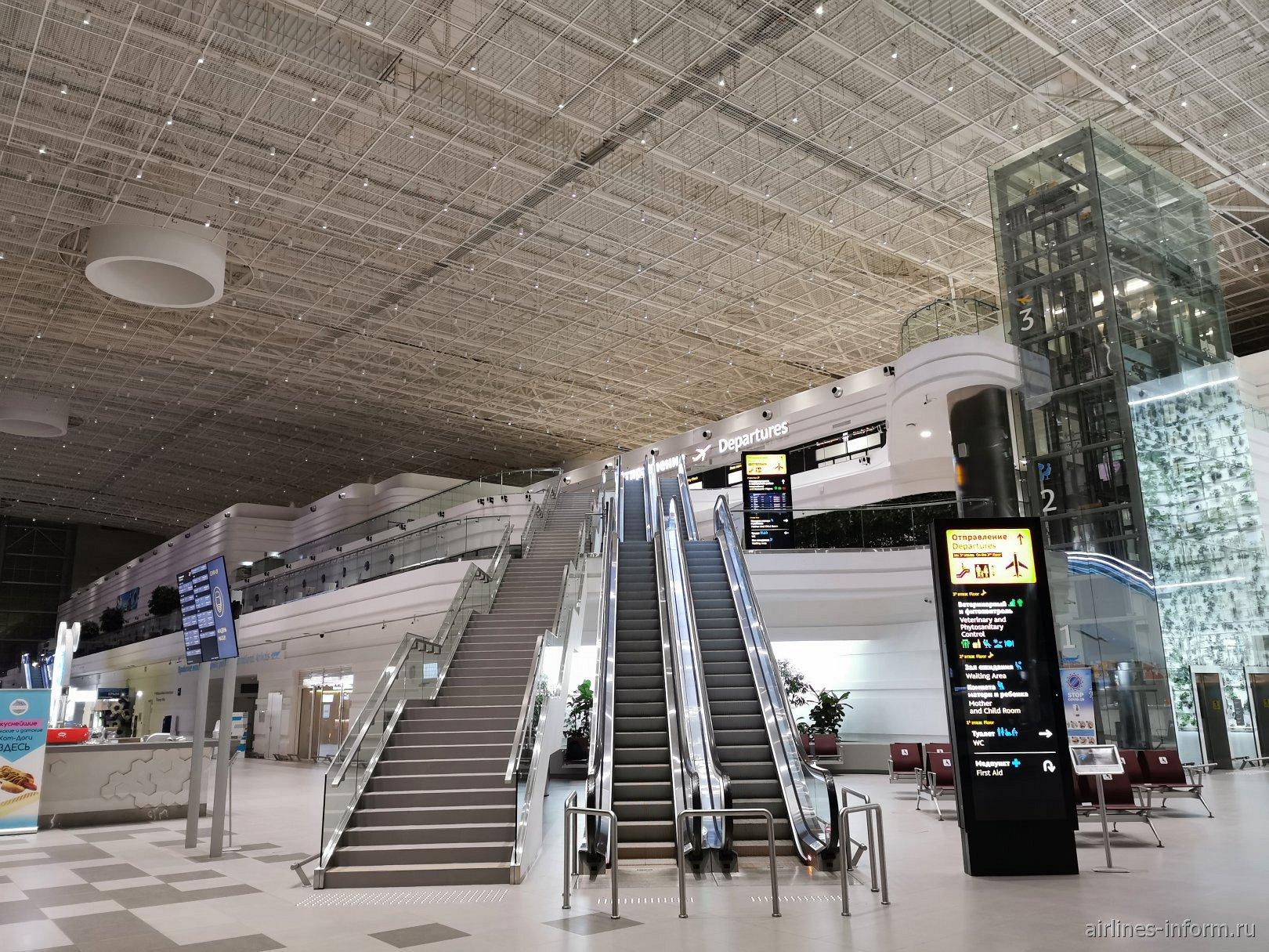 Лестница и эскалатор к зоне вылета в аэропорту Симферополь