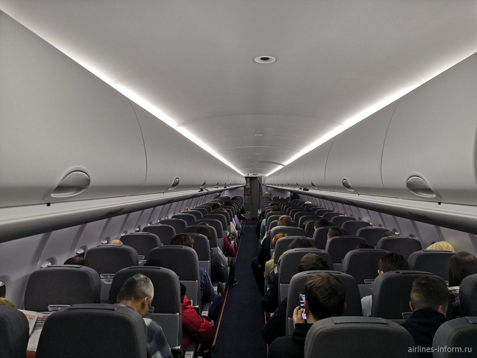 Пассажирский салон самолета Сухой Суперджет-100 авиакомпании Азимут