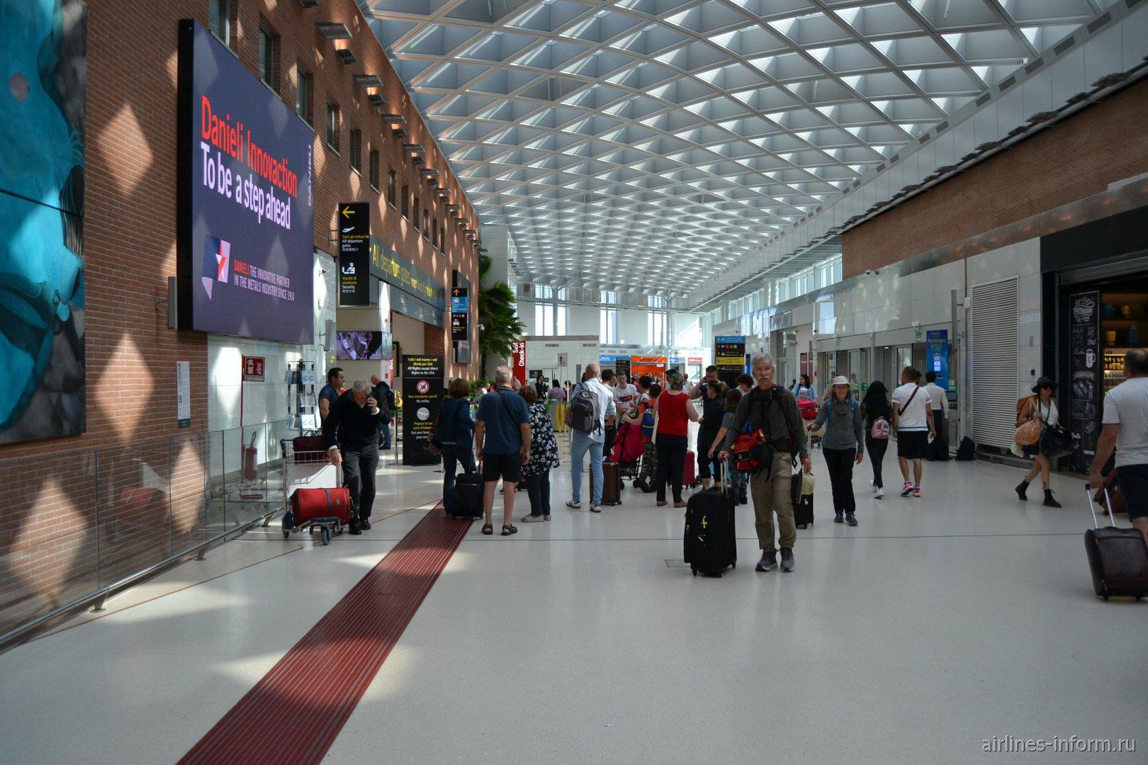 В общей зоне пассажирского терминала аэропорта Венеция Марко Поло