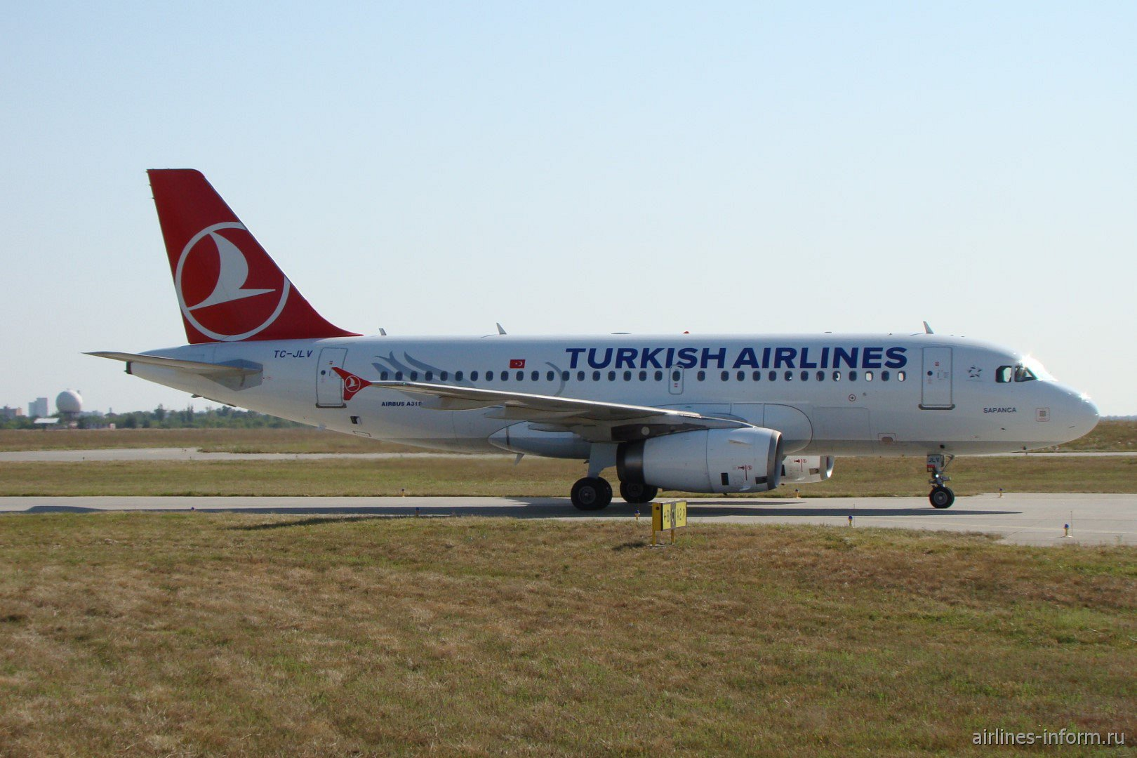 Самолет Airbus A319 TC-JLV Турецких авиалиний в аэропорту Харькова