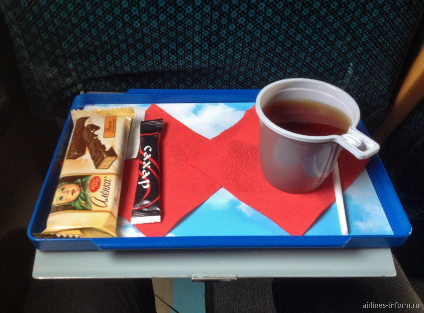 Чай и шоколадный батончик на рейсе Вологодского авиапредприятия
