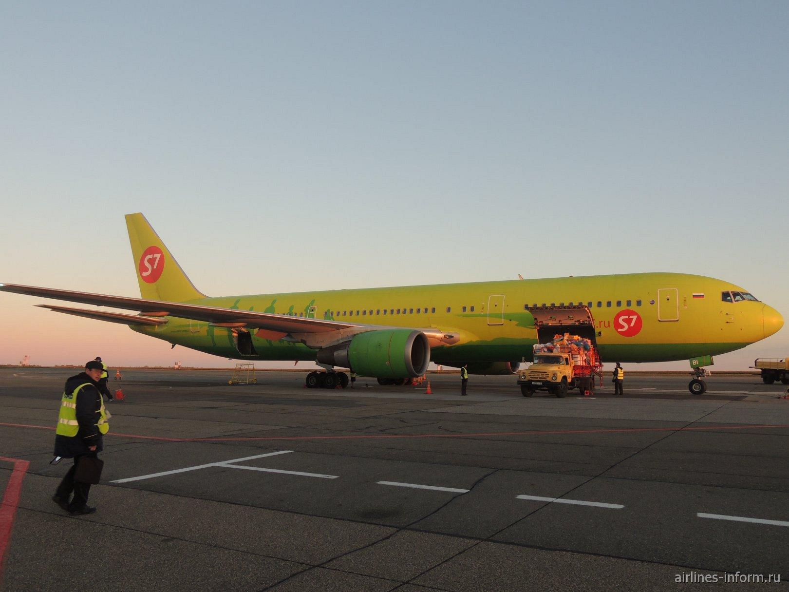 Боинг-767-300 авиакомпании S7 Airlines в аэропорту Барнаула