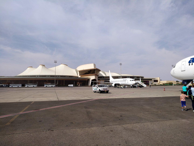 Вид с перрона на пассажирский терминал аэропорта Шарм-Эль-Шейх