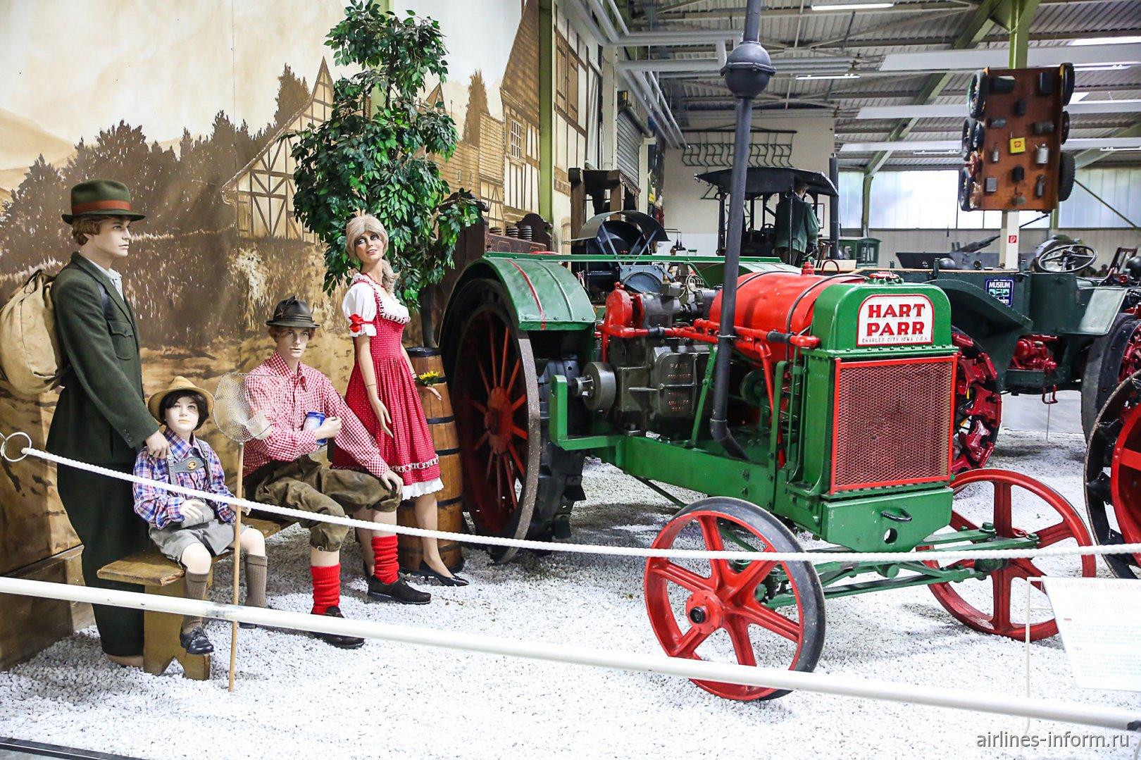 Немецкие фермеры и трактор в музее техники в Зинсхайме