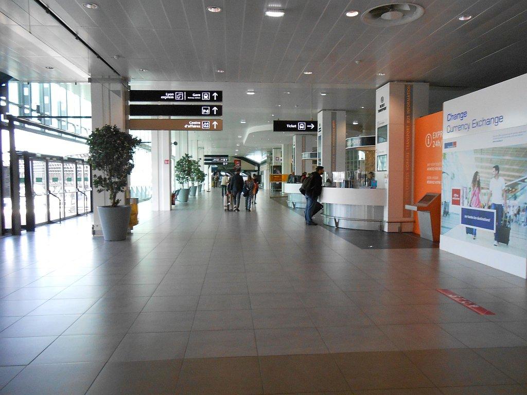 В зале прилета Терминала 1 аэропорта Лион Сент-Экзюпери