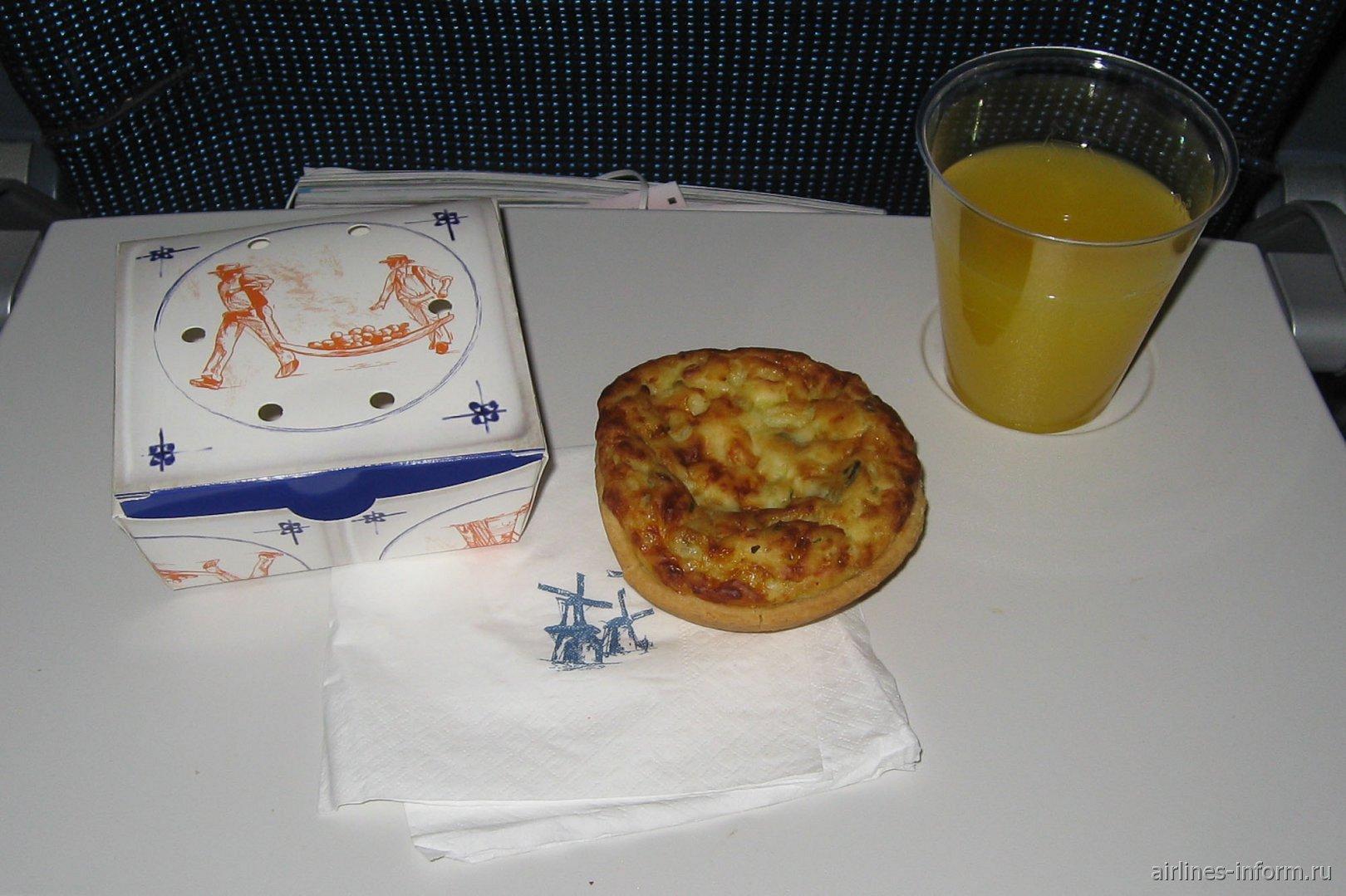 Легкая закуска на рейсе Амстердам-Торонто авиакомпании KLM