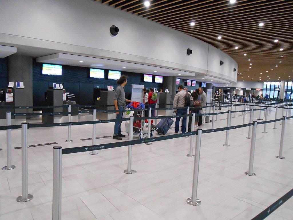 Стойки регистрации в терминале 1 аэропорта Лион Сент-Экзюпери