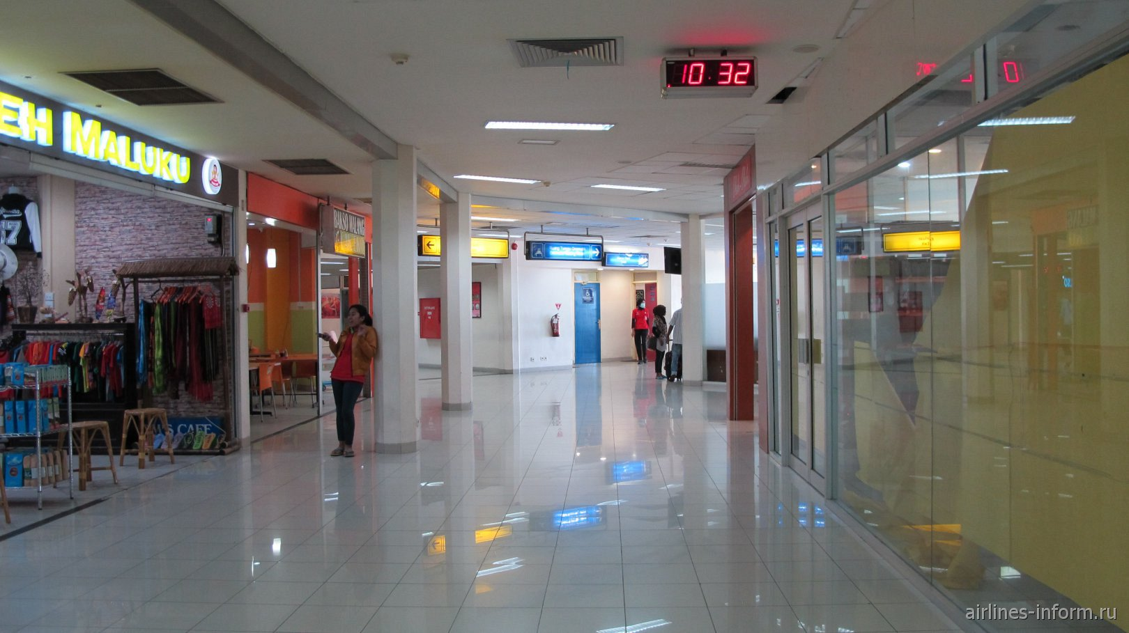 Торговая зона в аэропорту Паттимура