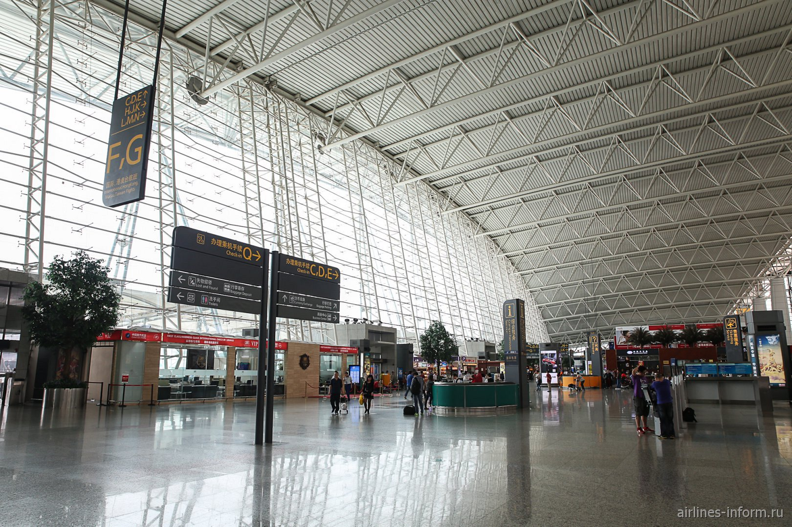 В центре пассажирского терминала аэропорта Гуанчжоу Байюнь