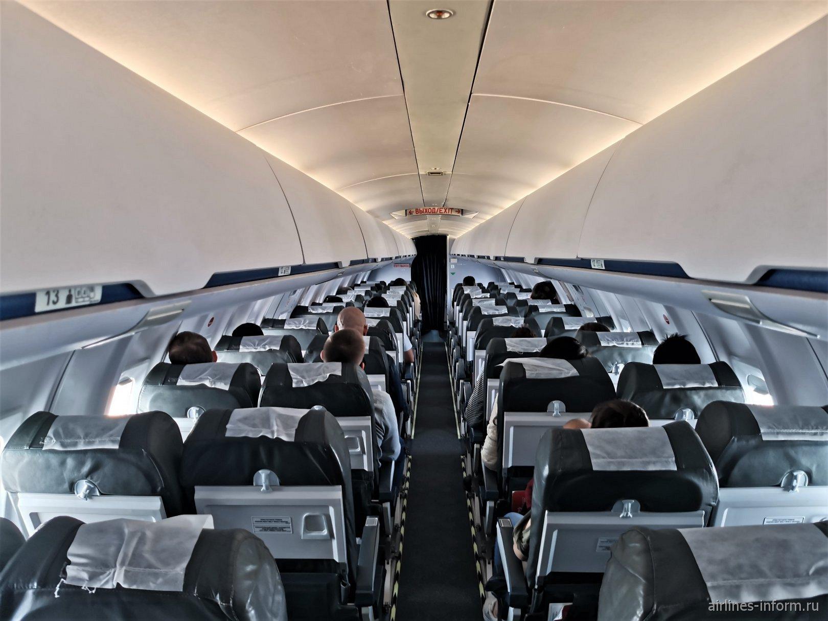Пассажирский салон самолета Bombardier CRJ100 авиакомпании