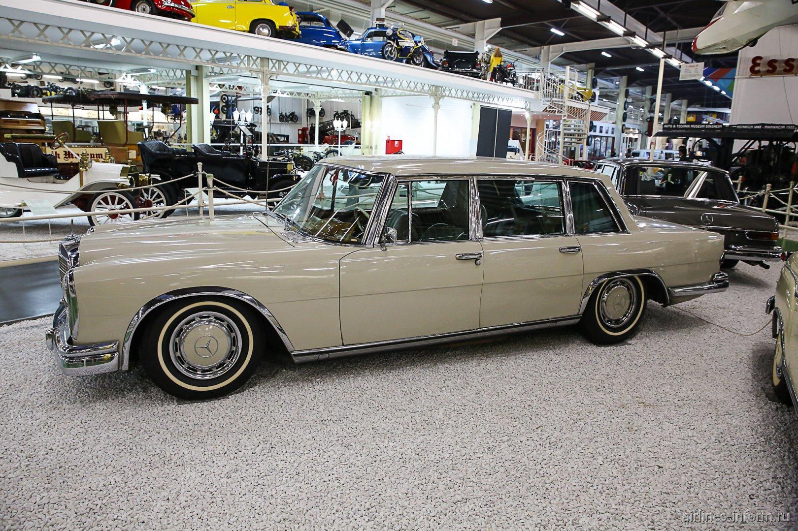 Автомобиль Мерседес-Бенц 600 в музее техники в Зинсхайме