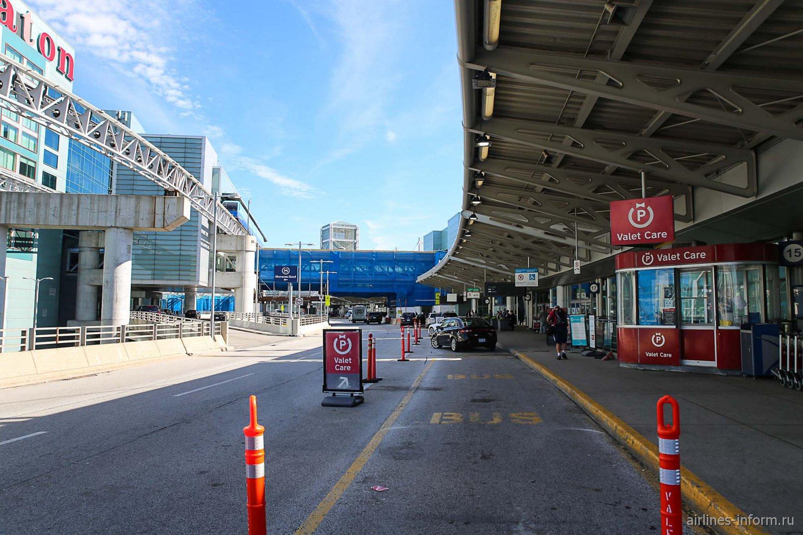 У входа в терминал 3 аэропорта Торонто Пирсон