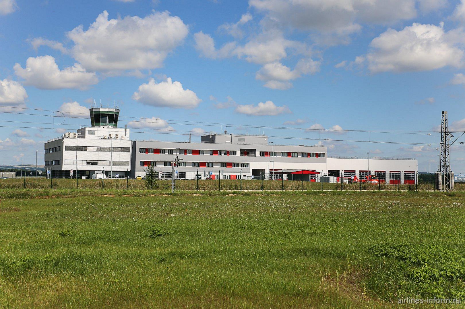 Административное здание и диспетчерская вышка аэропорта Острава