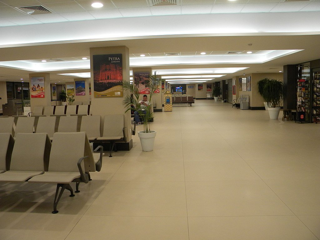 Зал вылета в чистой зоне аэропорта Акаба
