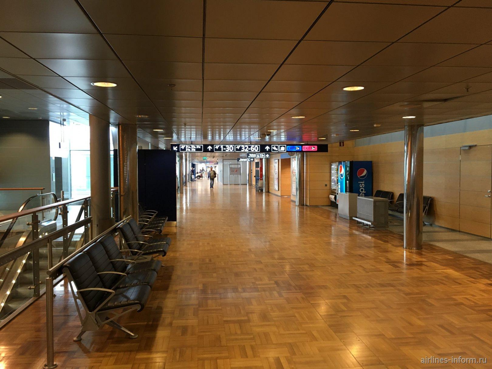 Переход в чистой зоне аэропорта Хельсинки Вантаа