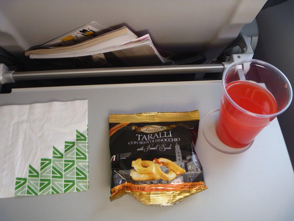 Снэки и напитки - питание на внутреннем рейсе Alitalia