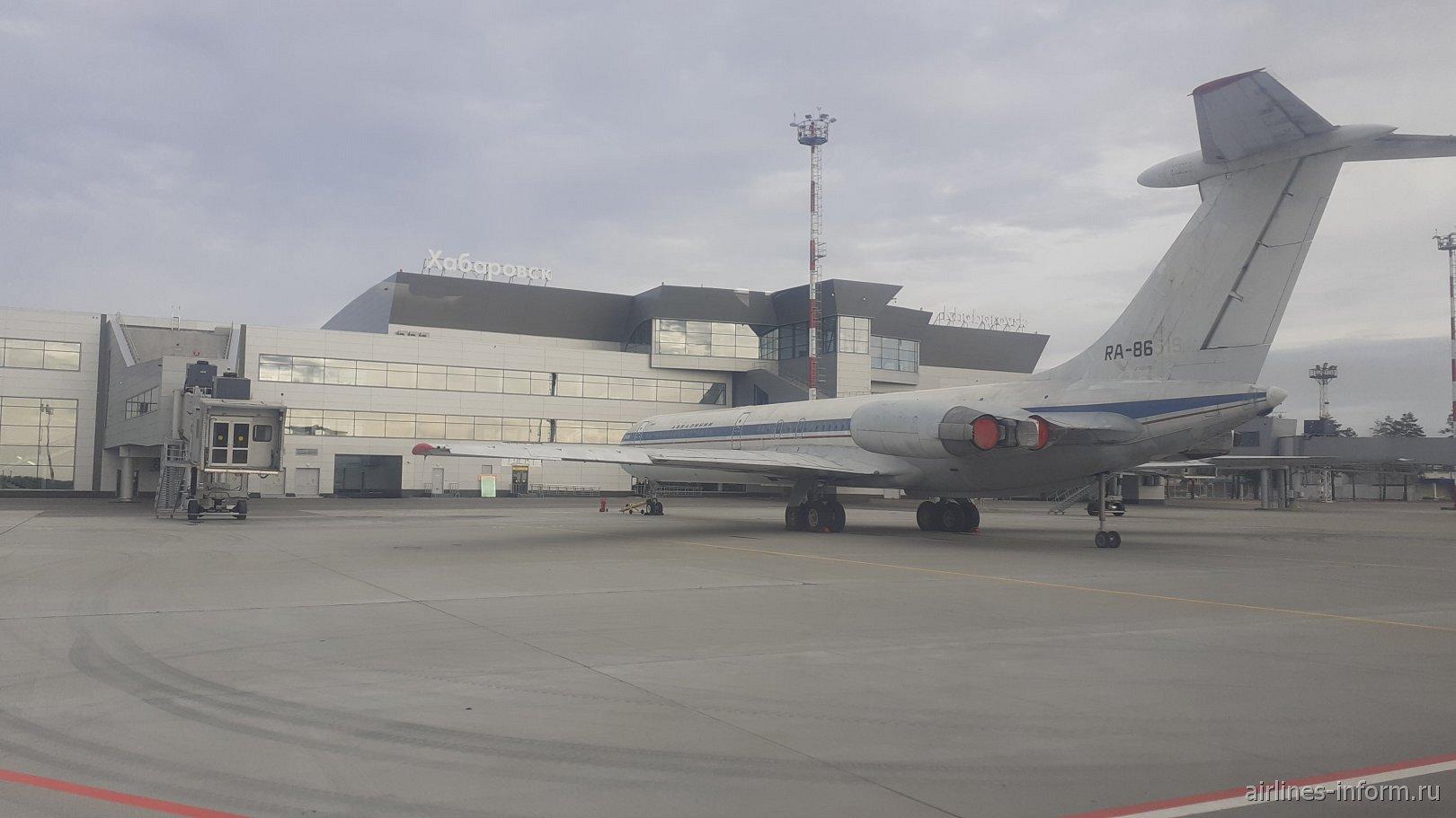 Самолет Ил-62 у нового терминала внутренних линий Хабаровского аэропорта
