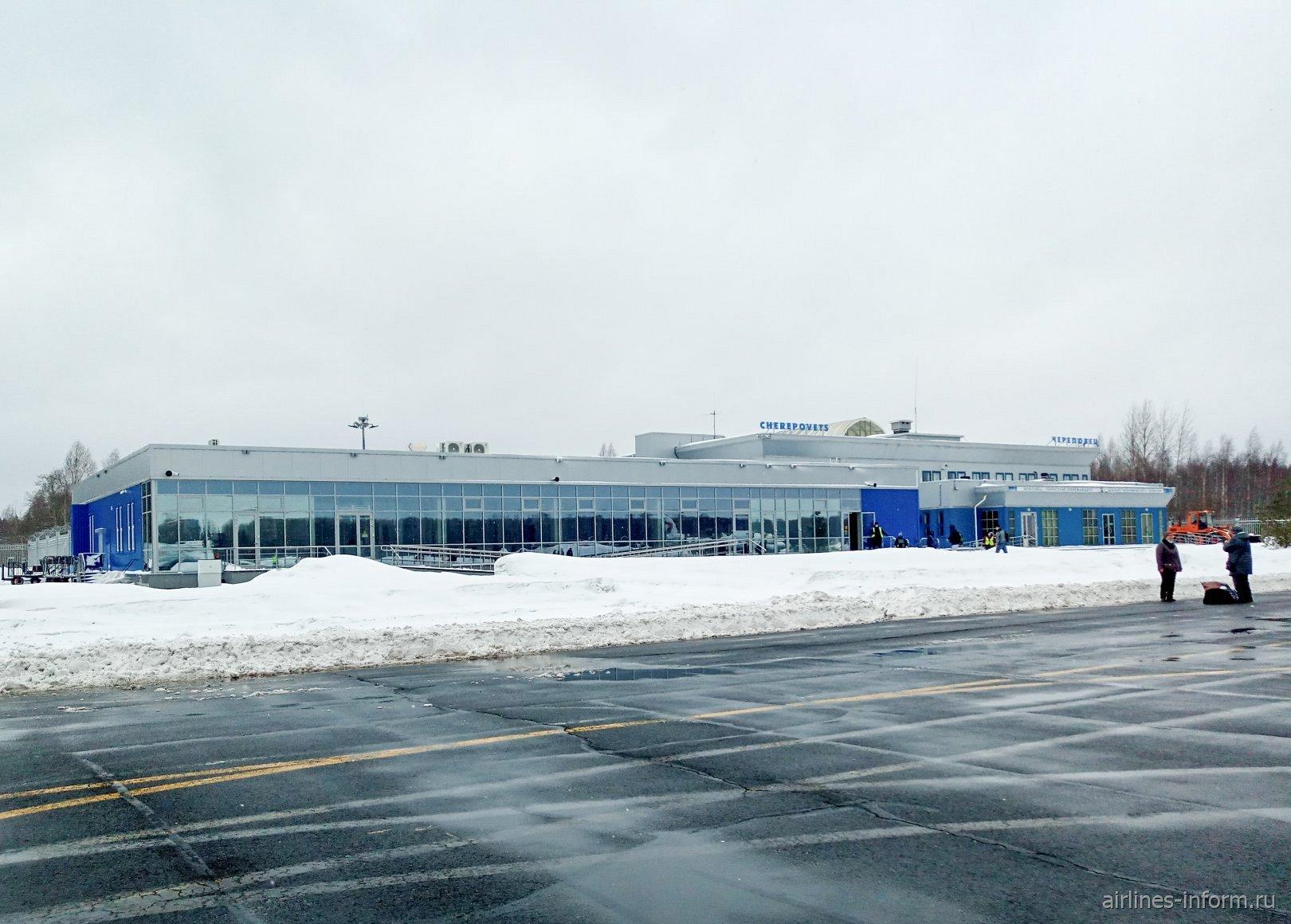 Вид с перрона на пассажирский терминал аэропорта Череповец