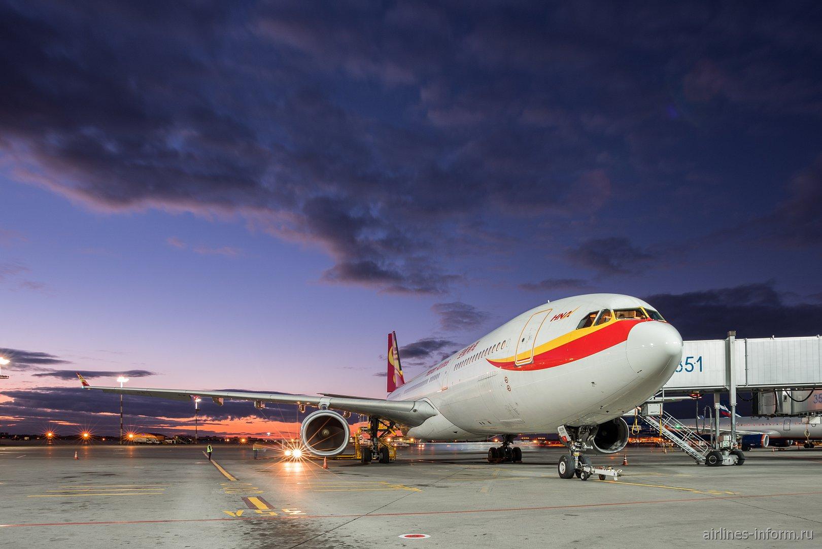 Airbus A330-300 Hainan Airlines в аэропорту Шереметьево у терминала Е