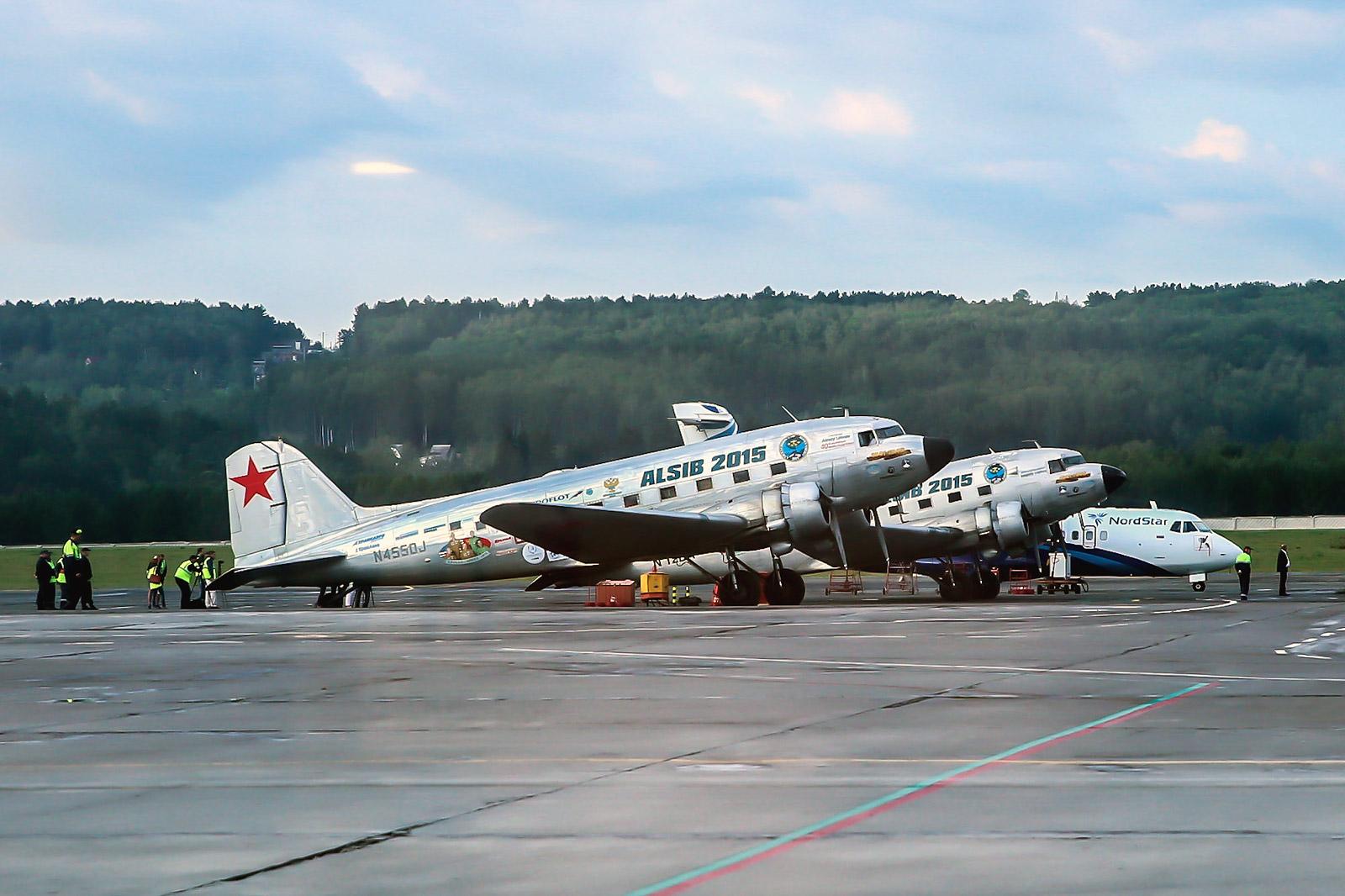 Douglas DC-3 в аэропорту Красноярска во время перелета по трассе