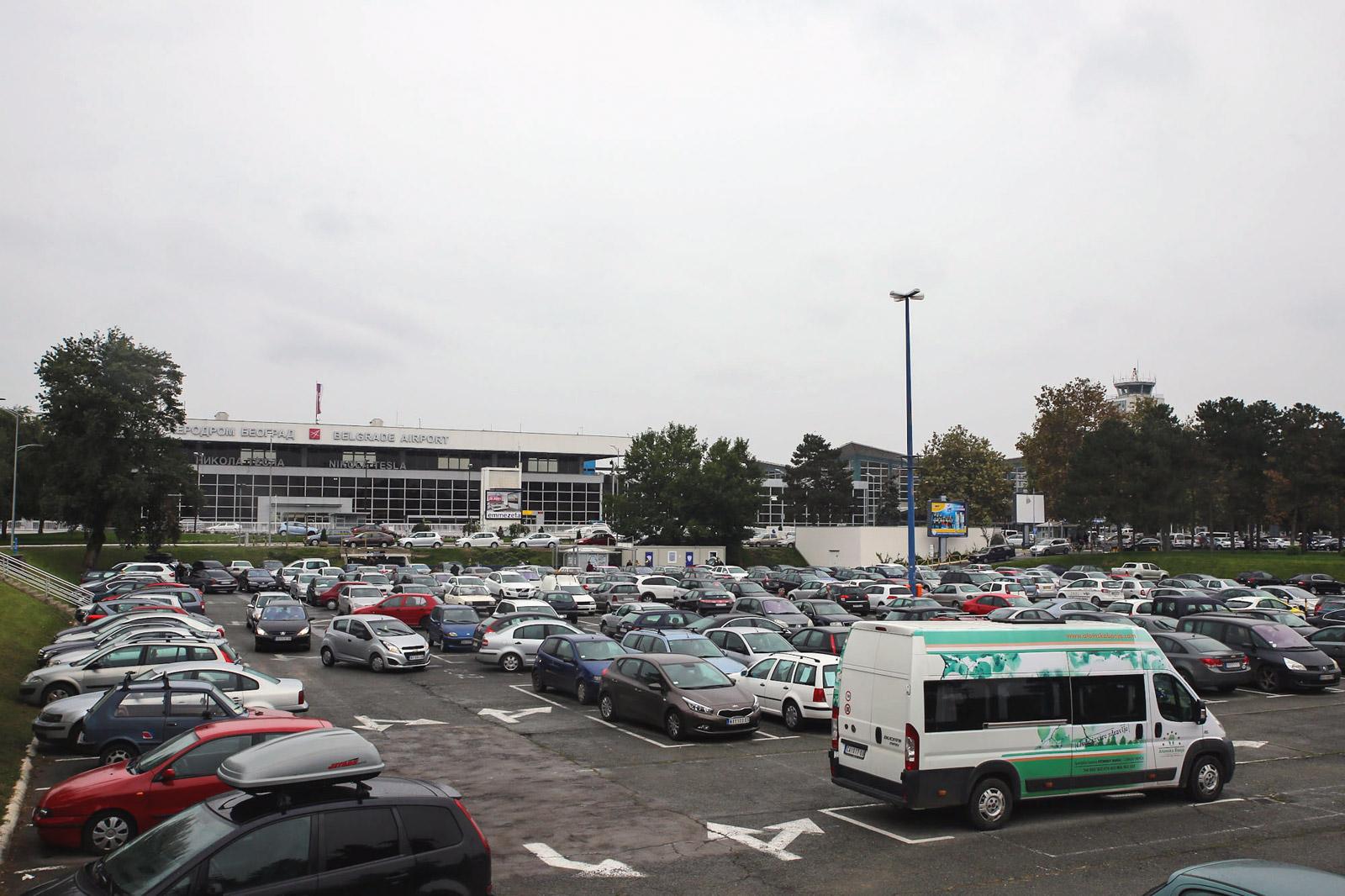 Парковка на привокзальной площади аэропорта Белград Никола Тесла