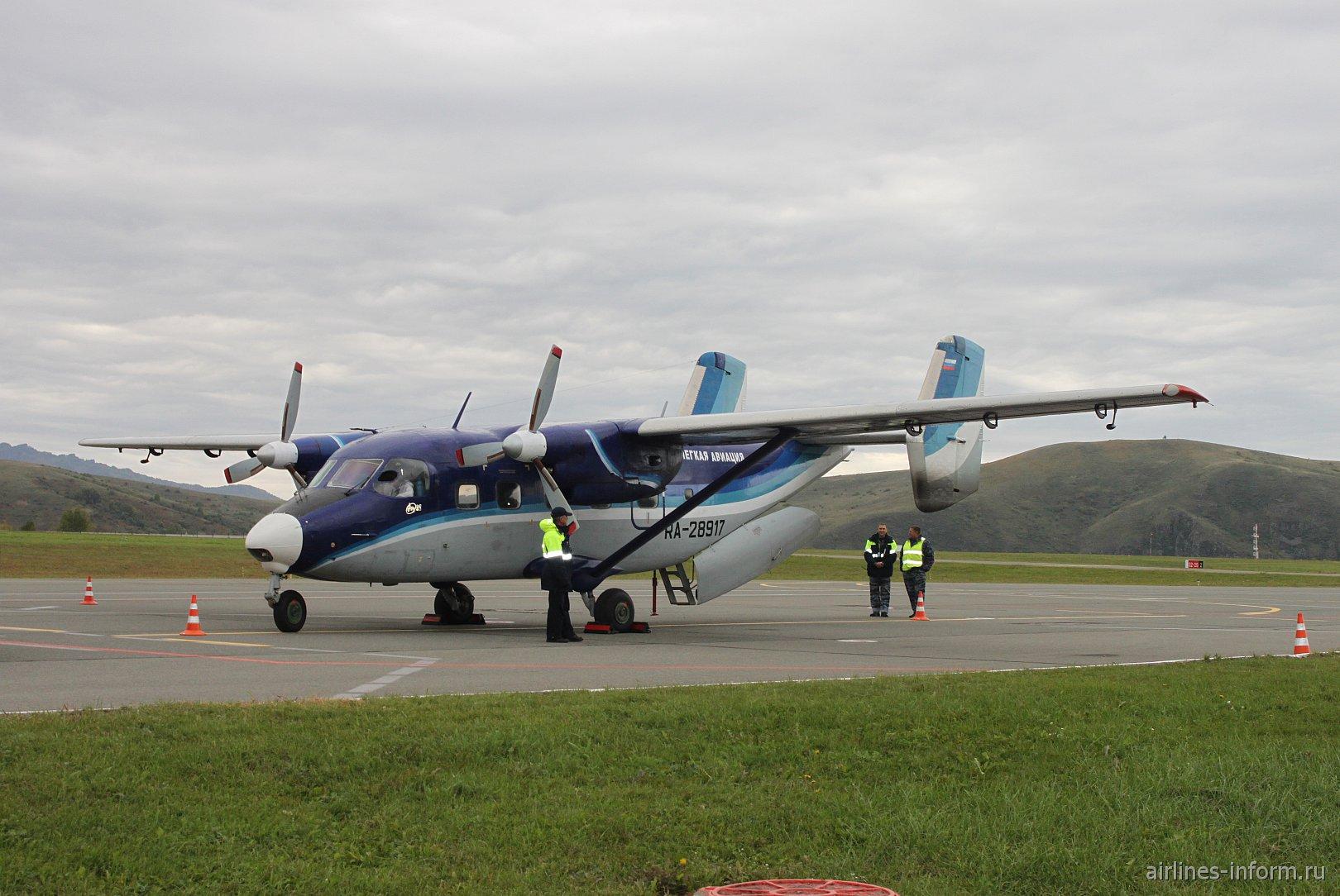 Самолет Ан-28 RA-28917 авиакомпании СиЛА в аэропорту Горно-Алтайска