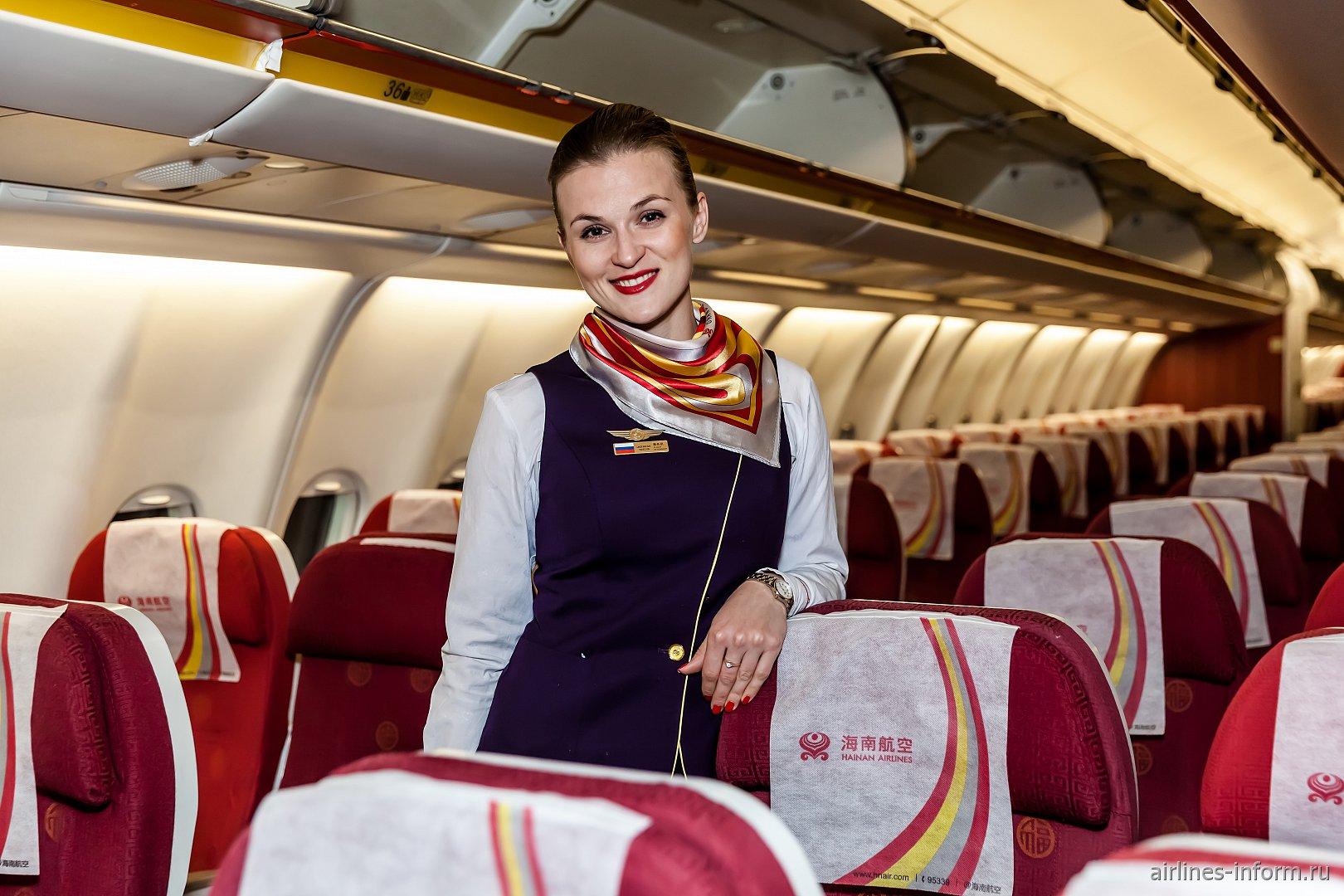 На каждом рейсе Hainan Airlines в Россию на борту присутствует русскоговорящая бортпроводница