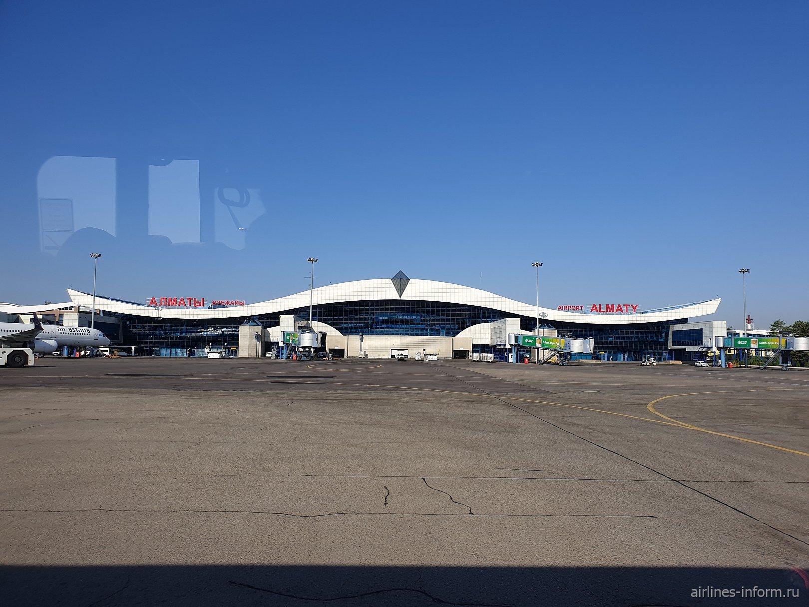 Вид на аэропорт Алматы из иллюминатора самолета