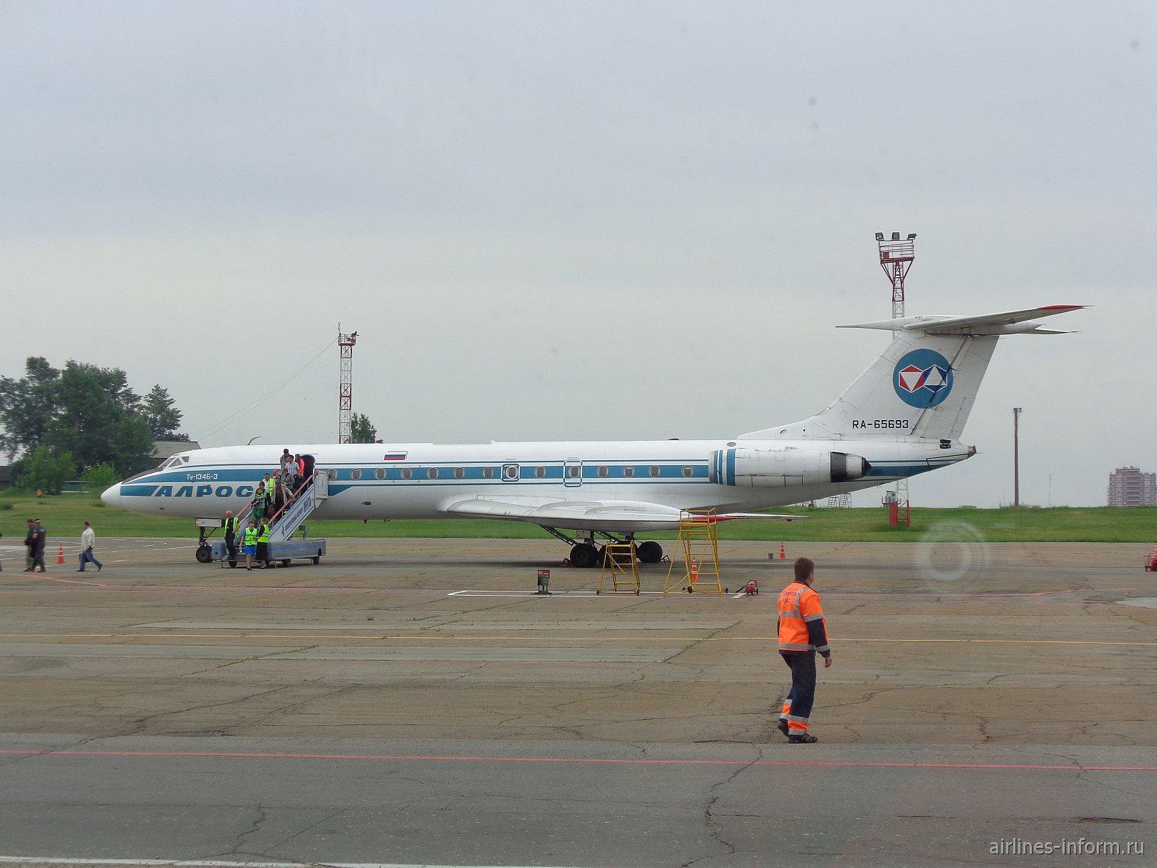 "Ту-134 авиакомпании ""Алроса"" в аэропорту Иркутск"
