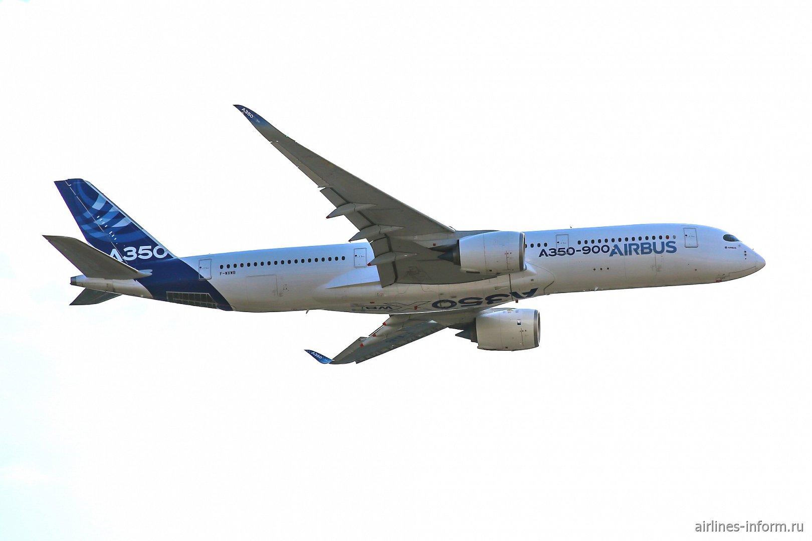 Самолет Airbus A350XWB в полете на авиасалоне МАКС-2015
