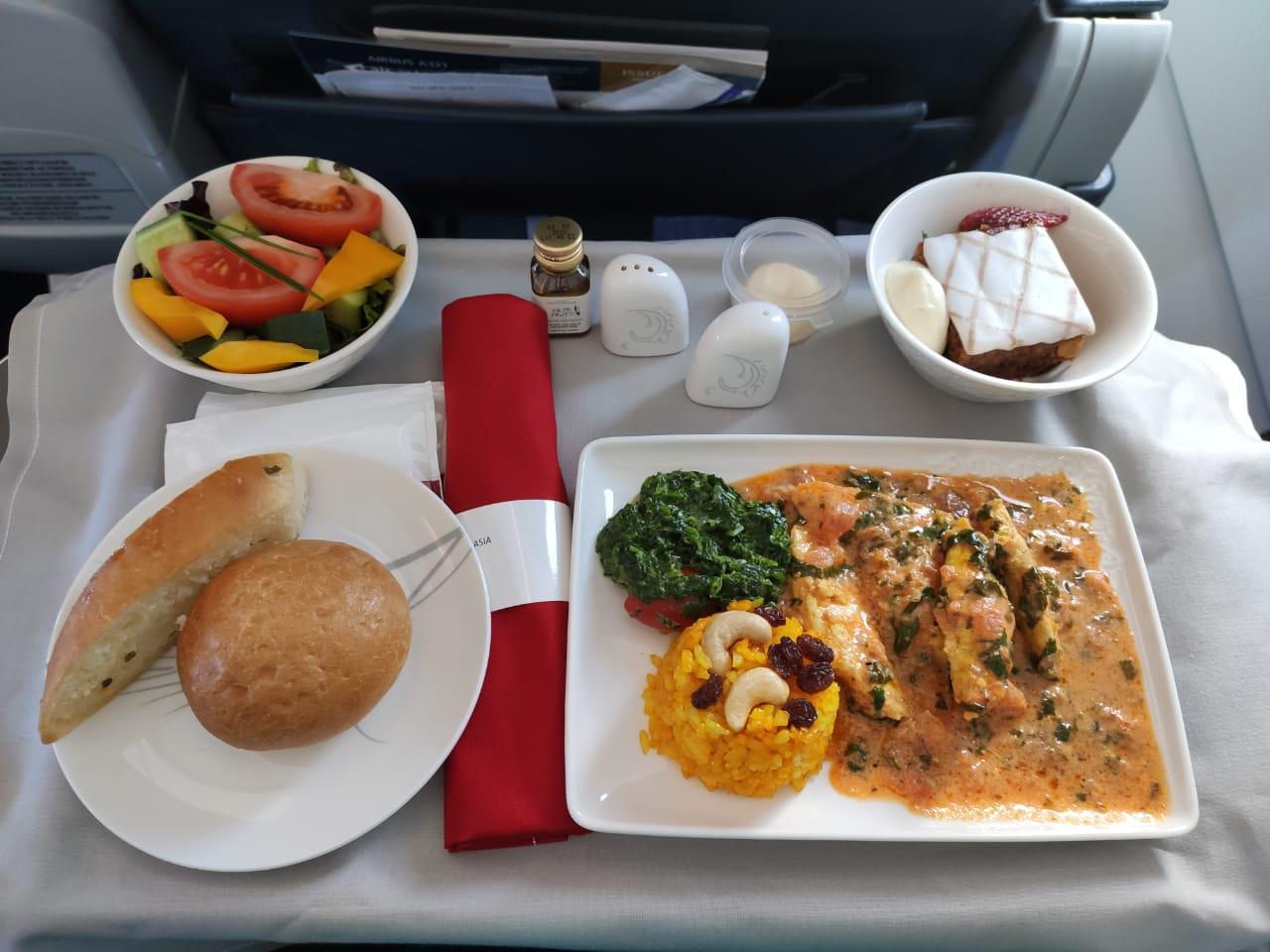 Горячее питание в бизнес классе Air Astana на рейсе Шымкент-Алматы, 2021 год