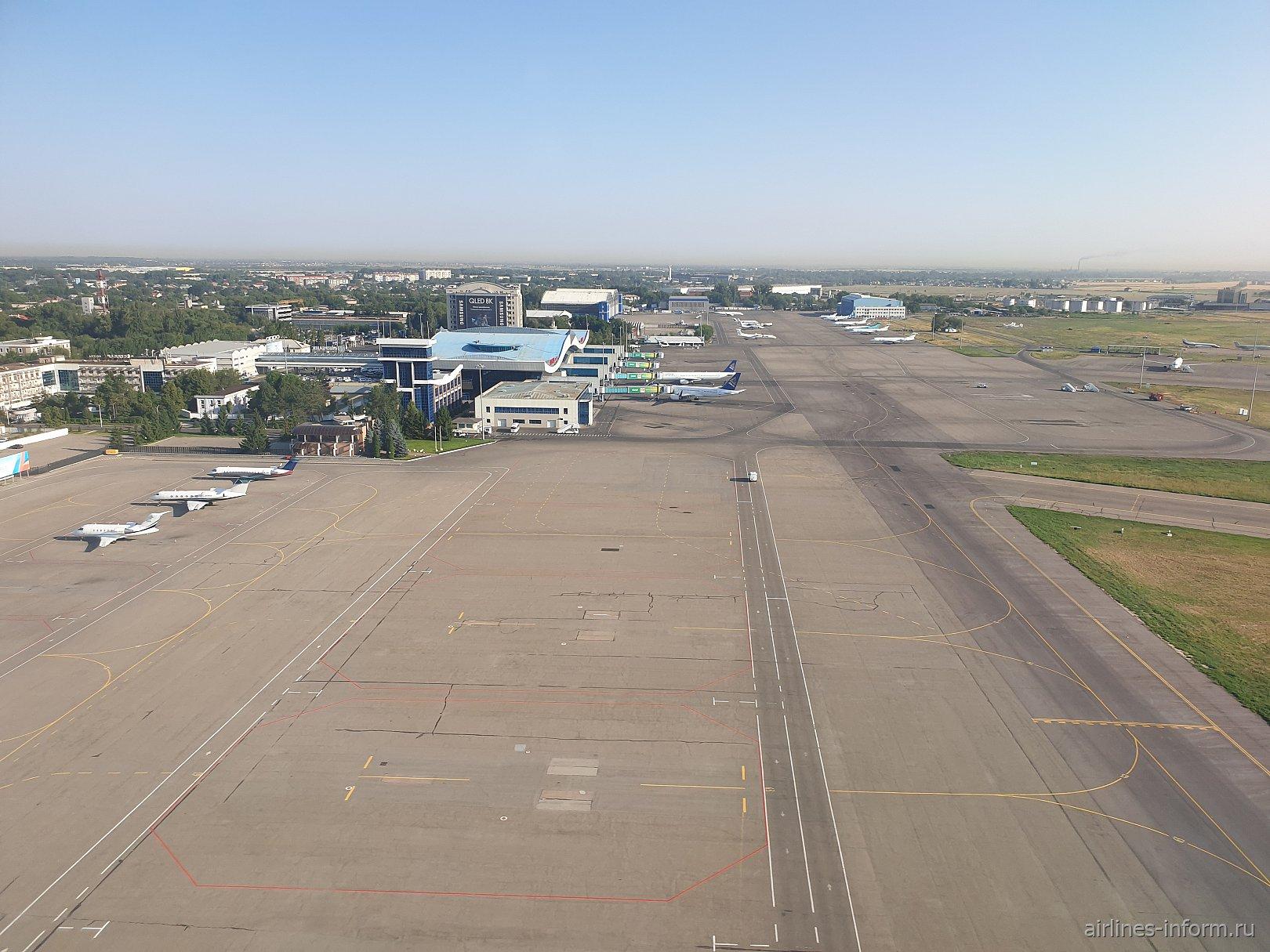 Вид на аэропорт Алматы при подлете