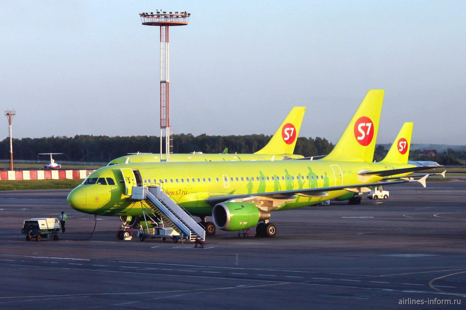 Самолет Airbus A319 авиакомпании S7 Airlines в аэропорту Домодедово
