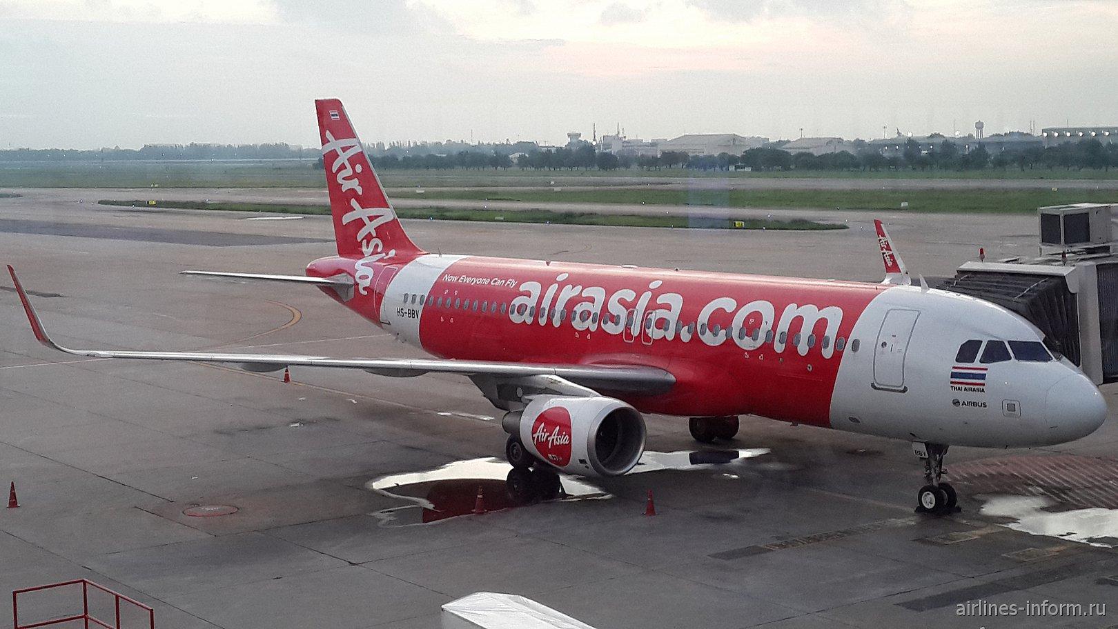 Самолёт авиакомпании Thai AirAsia в аэропорту Дон Муанг (г. Бангкок, Таиланд)