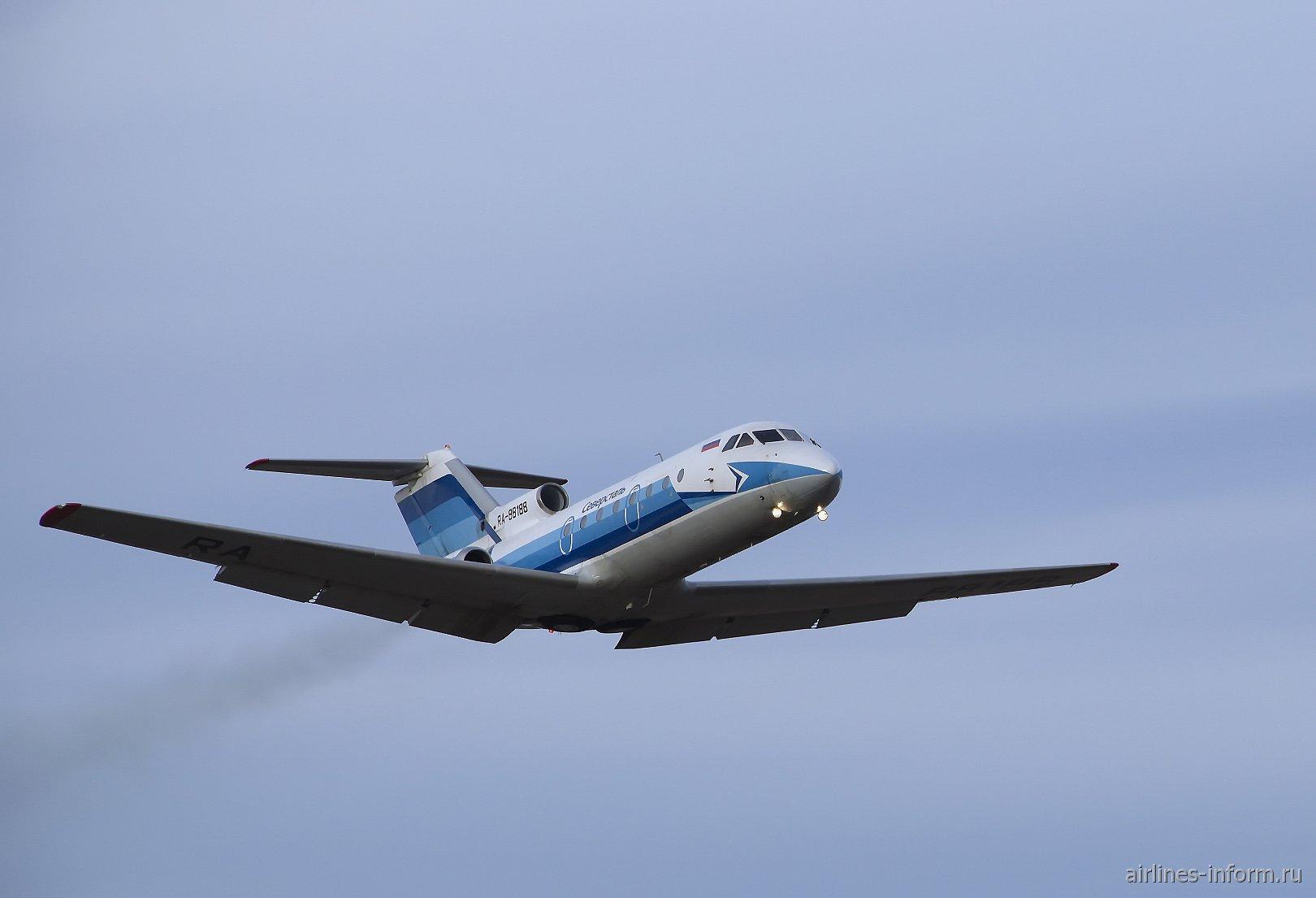 Як-40 RA-88188 взлетает из аэропорта Великий Устюг