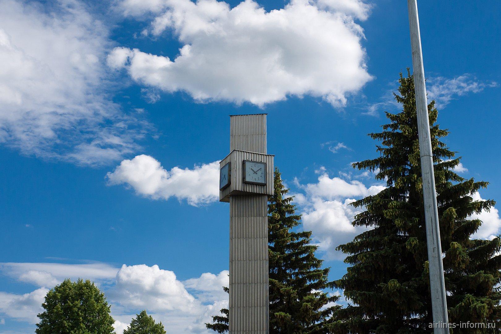 Вышка с часами на привокзальной площади аэропорта Тамбов Донское