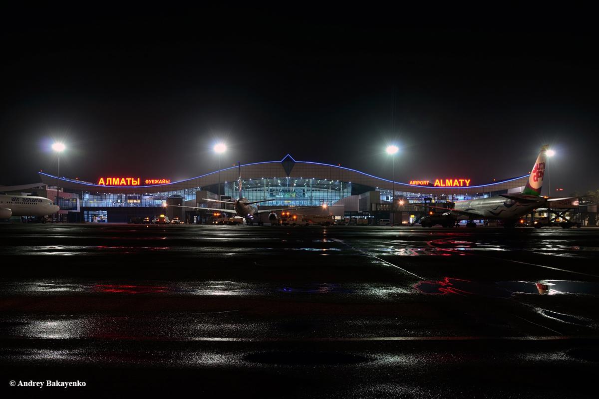 Вид с перрона на пассажирский терминал аэропорта Алматы