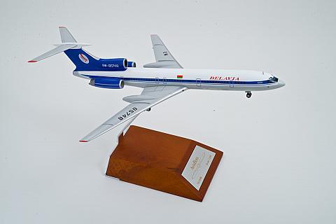 """Модель самолета Ту-154 """"Белавиа"""" в масштабе 1:200"""