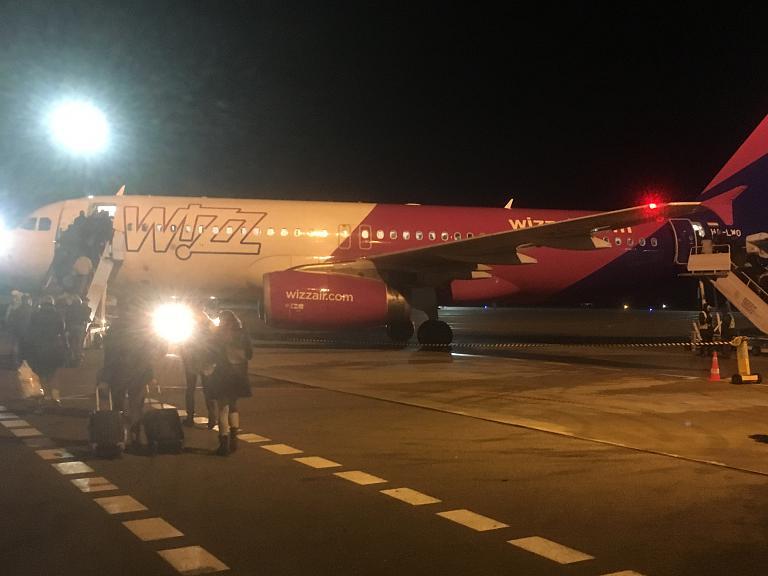 Wizz Air: Киев (IEV) - Вильнюс (VNO) - Киев (IEV) на А320 HA-LWO плюс фото компоновки спорного борта А320 HA-LYW
