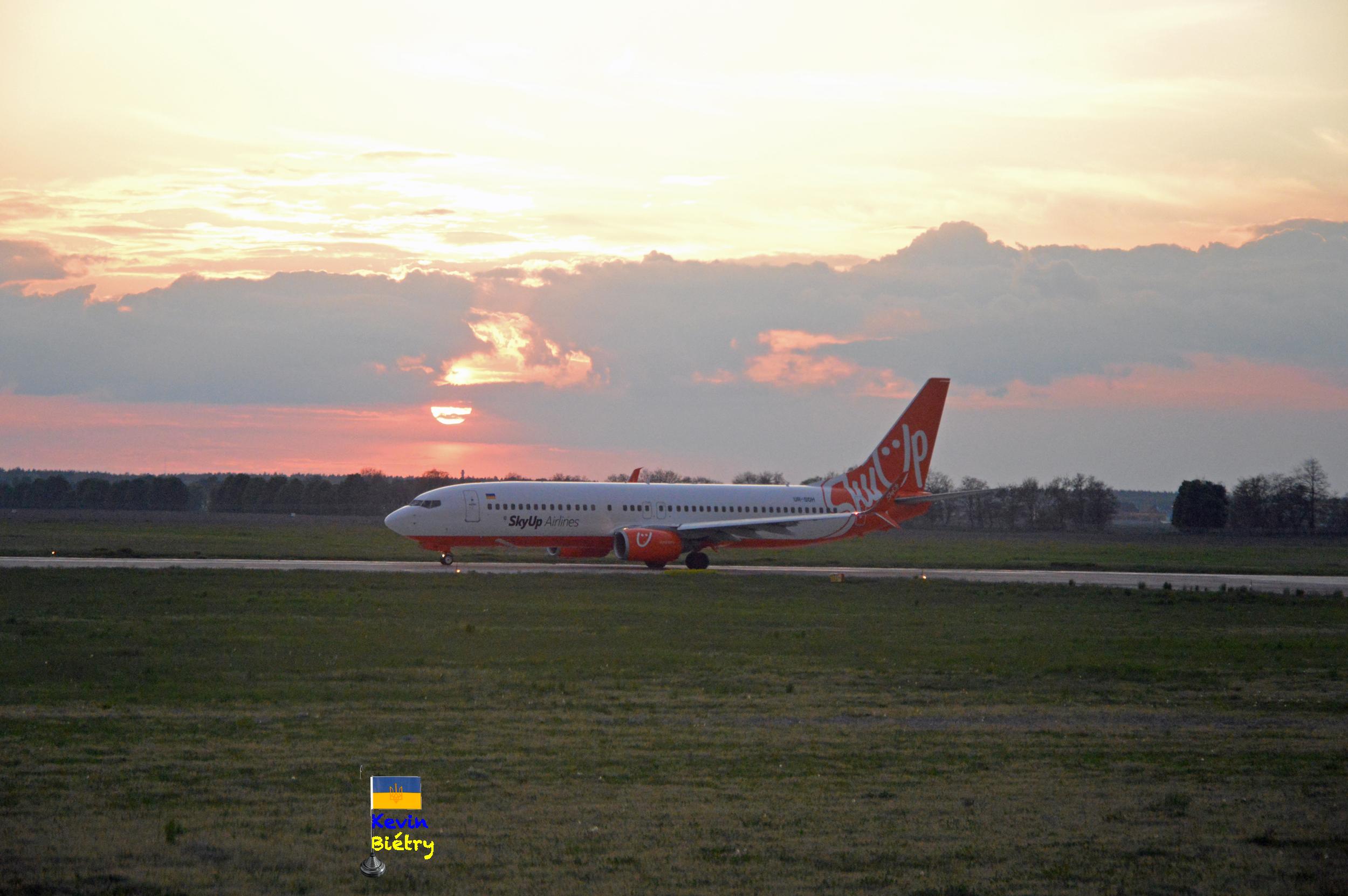 Посадка Боинга-737-800 авиакомпании SkyUp в аэропорту Борисполь